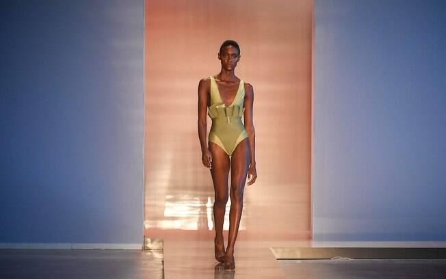 100% representatividade: a modelo Mari Calazans abre o desfile de Lenny Niemeyer, na São Paulo Fashion Week