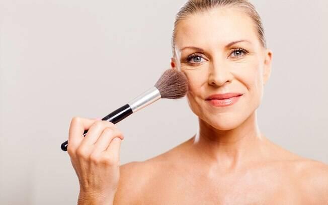 É preciso ter mais cuidado com a quantidade ao aplicar maquiagem, já que a pele madura é mais fina, sensível e seca