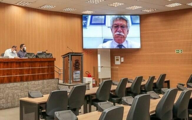 Vereador Zé Carlos (PSB) fala em audiência remota da Câmara.