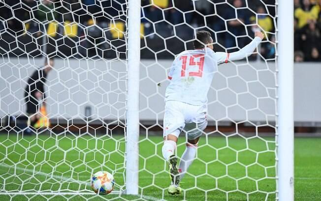 Rodrigo marca o gol de empate para a Espanha contra a Suécia