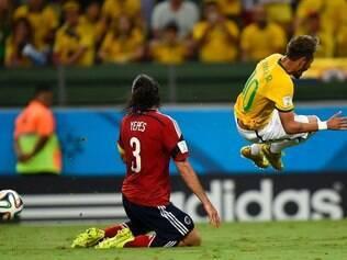 Neymar foi caçado pela defensiva colombiana e acabou fora do Mundial