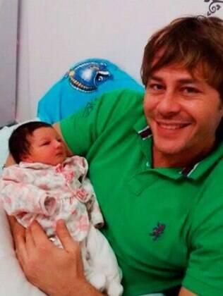 Theo Becker posou para um ensaio logo após o nascimento de Angelina