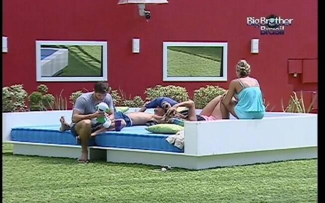 Brothers batem papo animado no futon do jardim