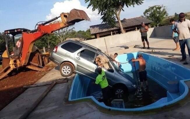 Carro dentro de piscina