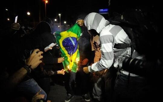 Manifestantes queimam bandeira do Brasil em protesto sem violência no Rio - Rio de Janeiro - iG