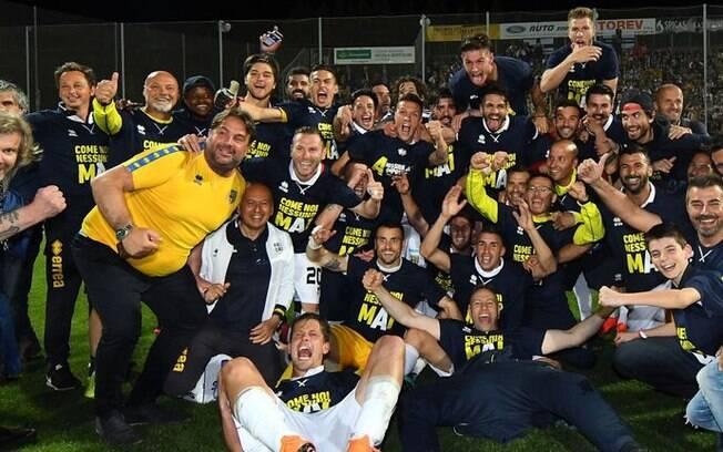 Jogadores do Parma festejam acesso à Série A após fim da última temporada