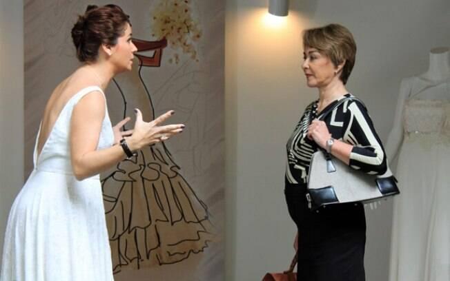 Claudia e Regina conversam sobre o casamento