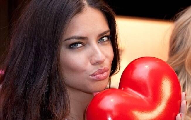 Adriana Lima sai em defesa da amiga Gisele Bündchen