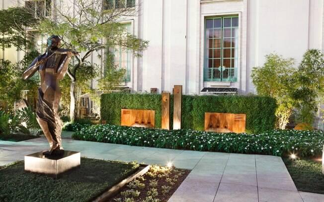 As obras de arte do jardim também foram privilegiadas no projeto de iluminação de Marcelo Novaes