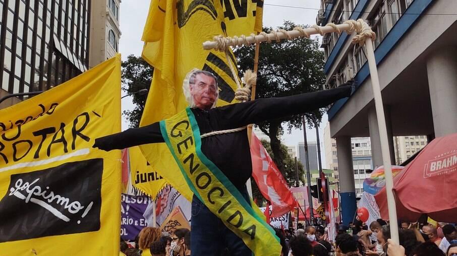 Bolsonaro é chamado de 'genocida' em ato no Centro do Rio