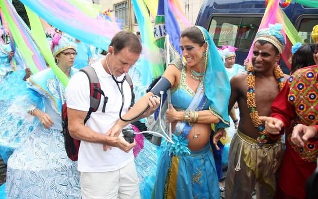 Cynthia Howlett em pleno bloco de carnaval: nada de descuidar da saúde