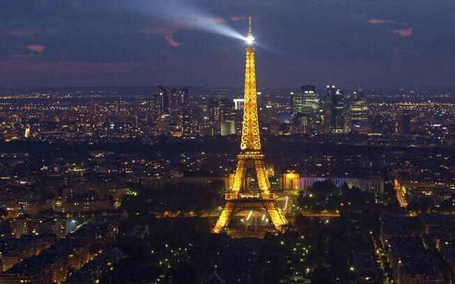 As pequenas aeronaves foram vistas nos principais monumentos como a torre Eiffel
