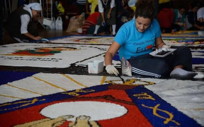 Confecção dos tapetes de sal de Corpus Christi na Catedral Metropolitana do Rio de Janeiro