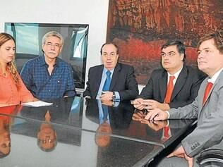 Secretário Danilo de Castro (centro) sentou com Beatriz Cerqueira e deputados da oposição