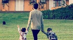 Viúvo de Paulo Gustavo posa com os filhos e agradece aos amigos
