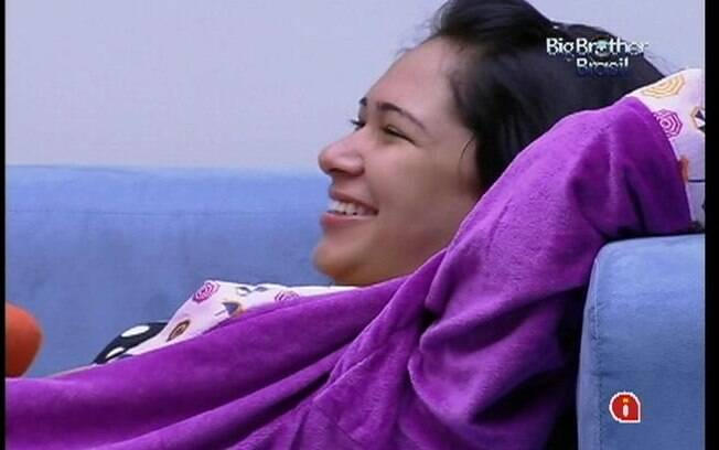Jakeline ri durante conversa com Fael e Mayara na sala