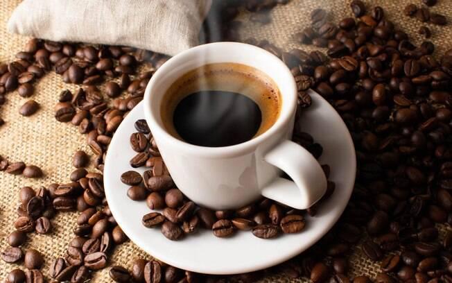 Xícara de café cercada por grãos de café