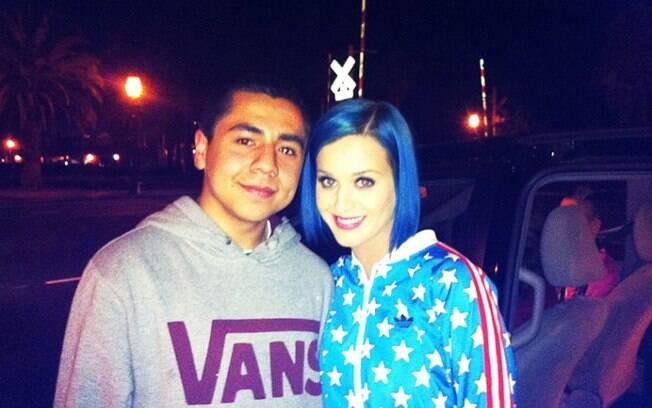 Katy Perry pinta o cabelo de azul e posa com fã: mudança pós divórcio?