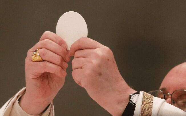 Hóstia não deverá ser dada diretamente na boca dos fiéis