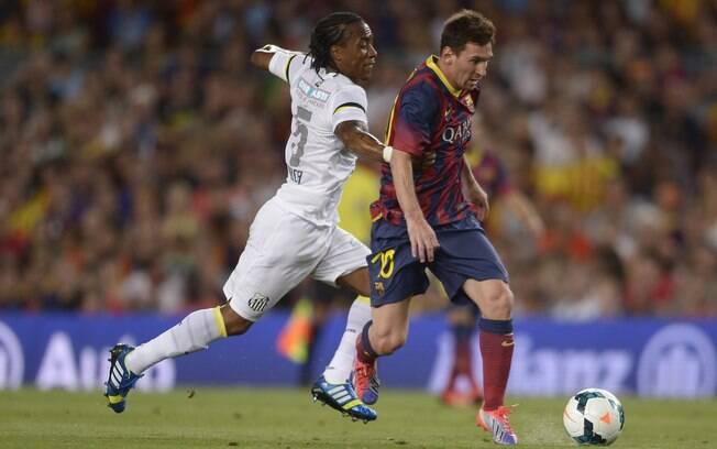 Messi disputa bola com Arouca no amistoso  entre Barcelona e Santos no Camp Nou