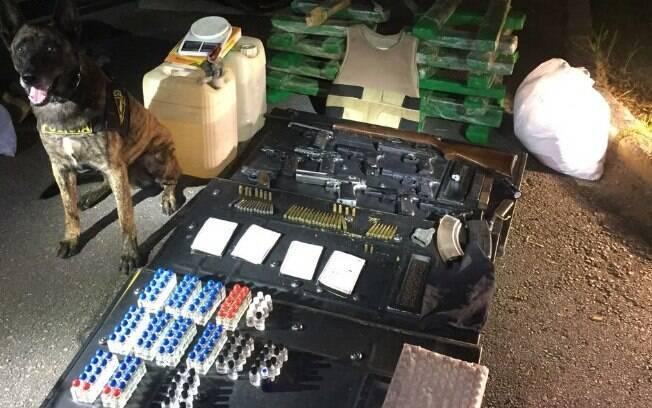 Canil da PM encontra armas, drogas, bananas de dinamite e munição em favela da zona sul