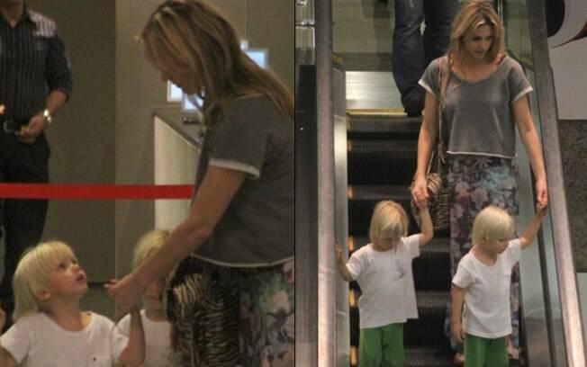 Fernanda Lima passeia com os gêmeos em shopping carioca