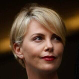 O curtinho em um rosto diamante de Charlize Theron fica mais equilibrado com franja