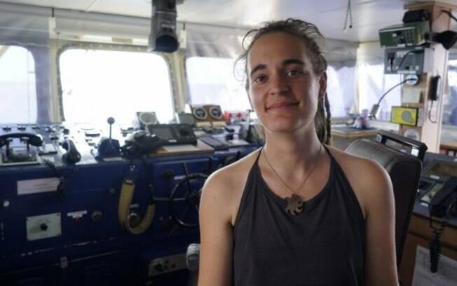 Carola Rackete foi presa ao atracar navio de refugiados na Itália