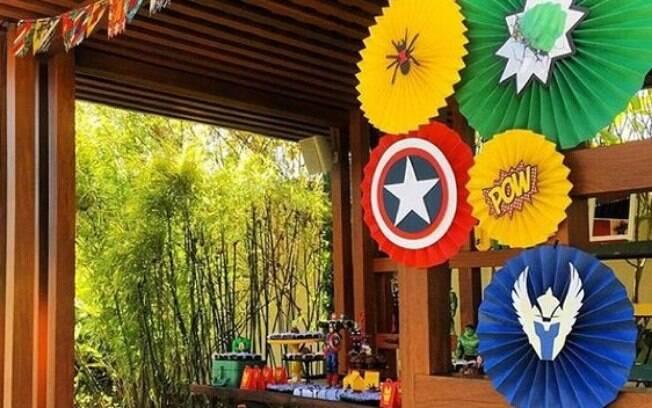 Discos coloridos alegram o ambiente da festa