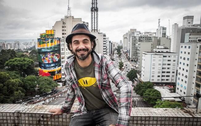 Eduardo Kobra em frente ao mural A Lenda do Brasil