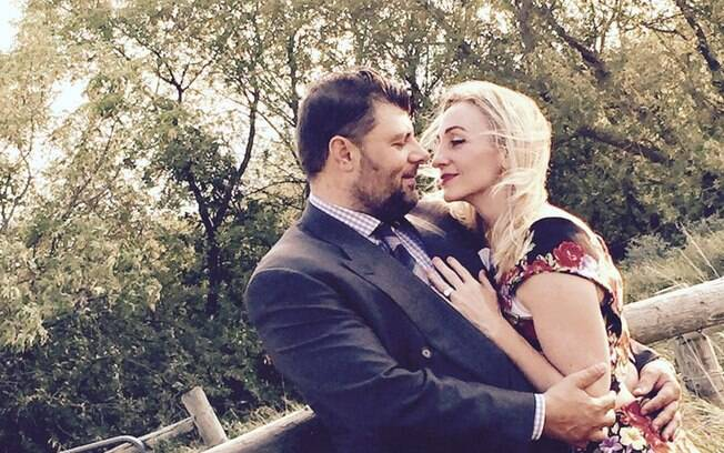 Jason e Rebecca buscam ajuda financeira para realizar casamento dos sonhos