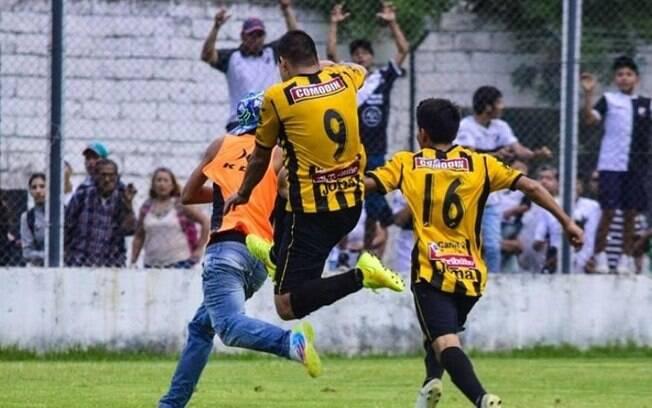 Jogador David Argañaraz tenta acertar uma voadora no gandula e sofre grave lesão