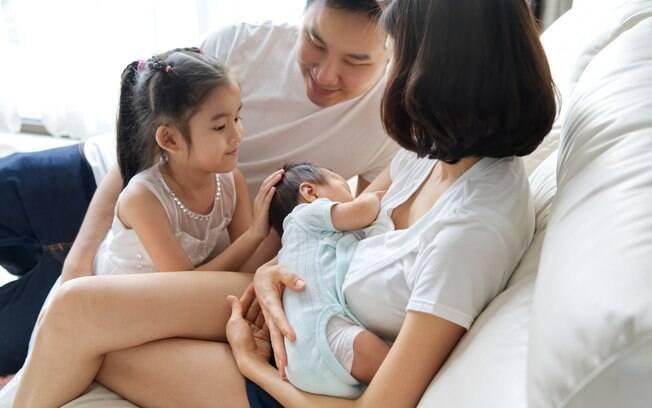 É importante que pai, familiares e amigos se informem sobre o tema e ofereçam ajuda e apoio à mulher