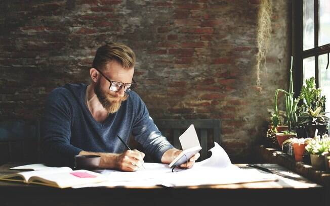 Cultivar hobbies como ler e praticar esportes pode auxiliar produtividade no trabalho