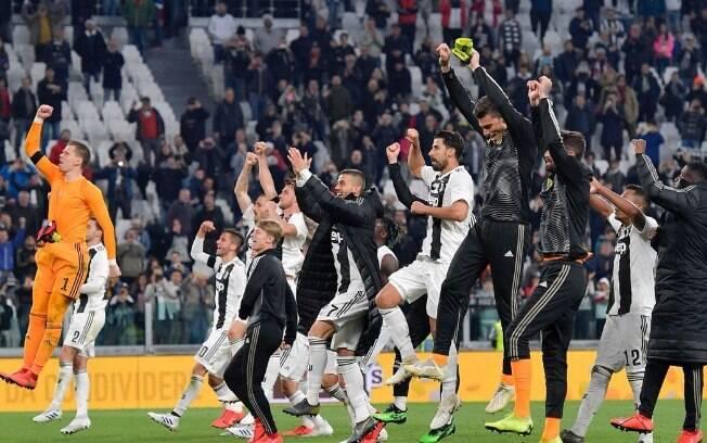 Jogadores da Juventus comemoram vitória que praticamente selou o título