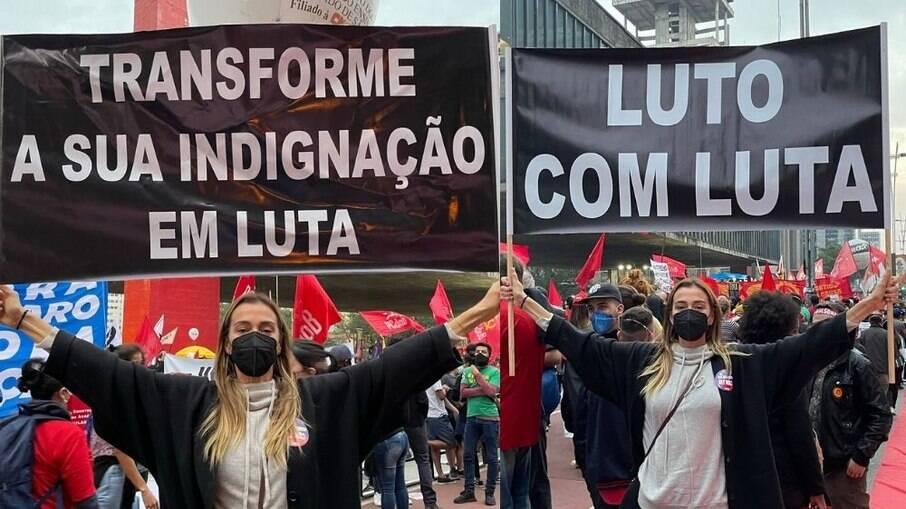 Mônica Martelli protesta contra Bolsonaro nas ruas de São Paulo
