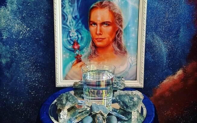 Altar para Arcanjo Miguel com Cianitas, Angelitas, Celestitas e Cristais para fortalecer a água com vibrações do raio azul