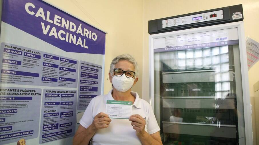 Lídia Costa recebe a dose da vacina contra Covid-19 em posto de São Paulo