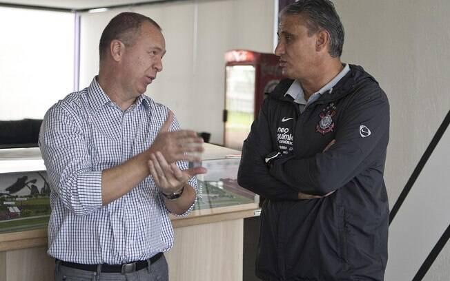 Mano Menezes e Tite no CT do Corinthians em  março de 2011.
