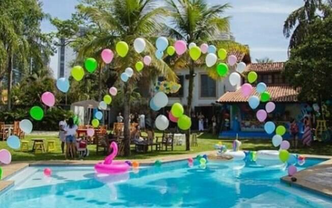 Pensar na piscina e nos ambientes externos como parte da decoração é fundamental para a pool party infantil