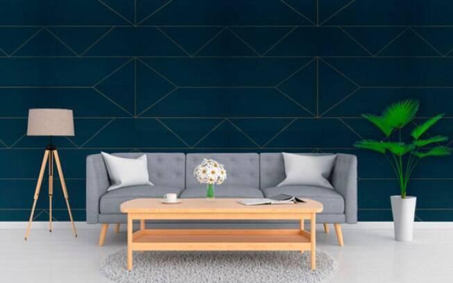 A imagem mostra uma sala com um papel de parede azul escuro