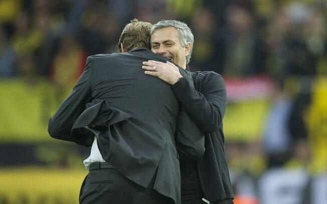 Jurgen Klopp, técnico do Borussia Dortmund,  abraça José Mourinho, treinador do Real Madrid,  antes da partida
