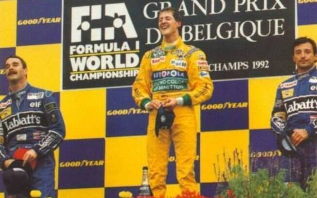 Schumacher no pódio após seu primeiro triunfo na categoria, com Nigel Mansell e Ricardo Patrese. Foto: Reprodução