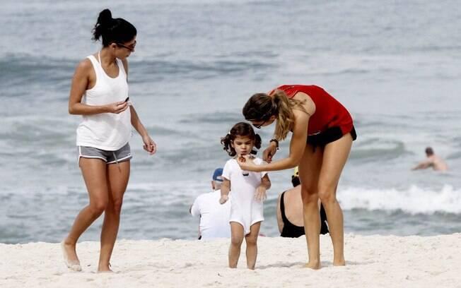 Grazi Massafera e Sofia na praia