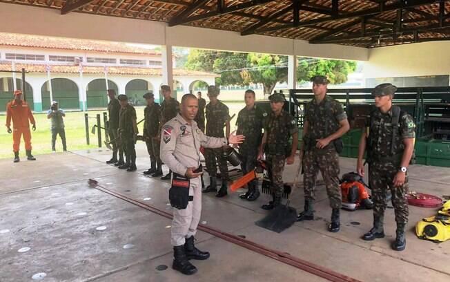 Bombeiros treinam militares para capacitá-los no combate às queimadas na Amazônia
