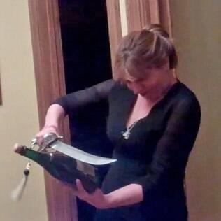 Abrira garrafa com uma espada foi um dos aprendzados da escritora