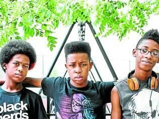 Crianças. Os três garotos estudam na mesma escola e dizem que seu público alvo não são crianças