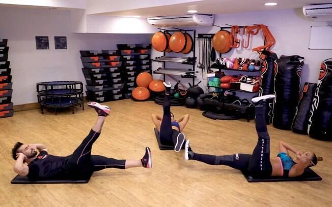 Crunch pernas estendidas é uma boa opção de atividade para fortalecer a região do core ao contrair o abdômen