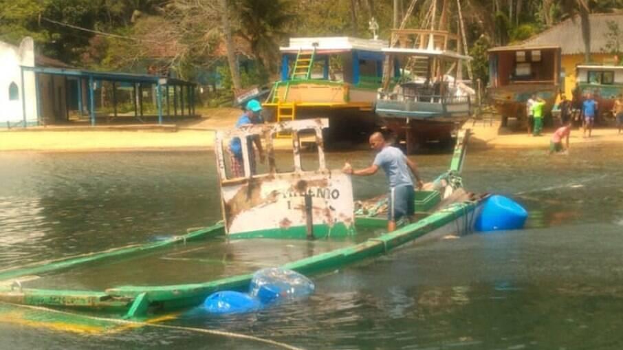 Peritos acreditam que embarcação do casal tenha colidido com navio de grande porte