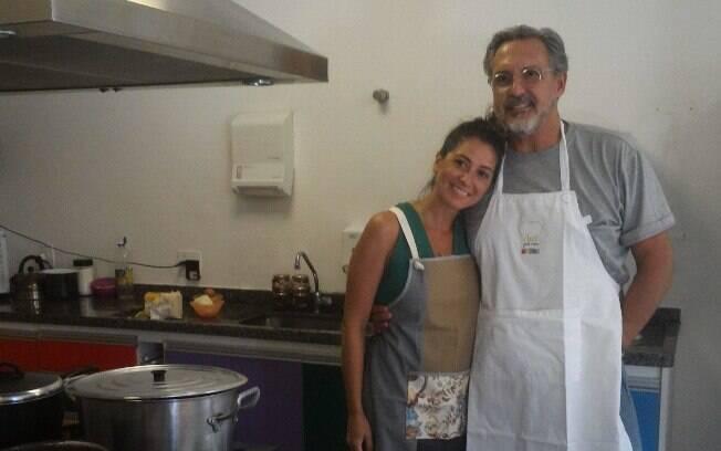 Fabrízio Fasano Jr. e Carol Fiorentino posam para foto antes de começar aula na TUCCA